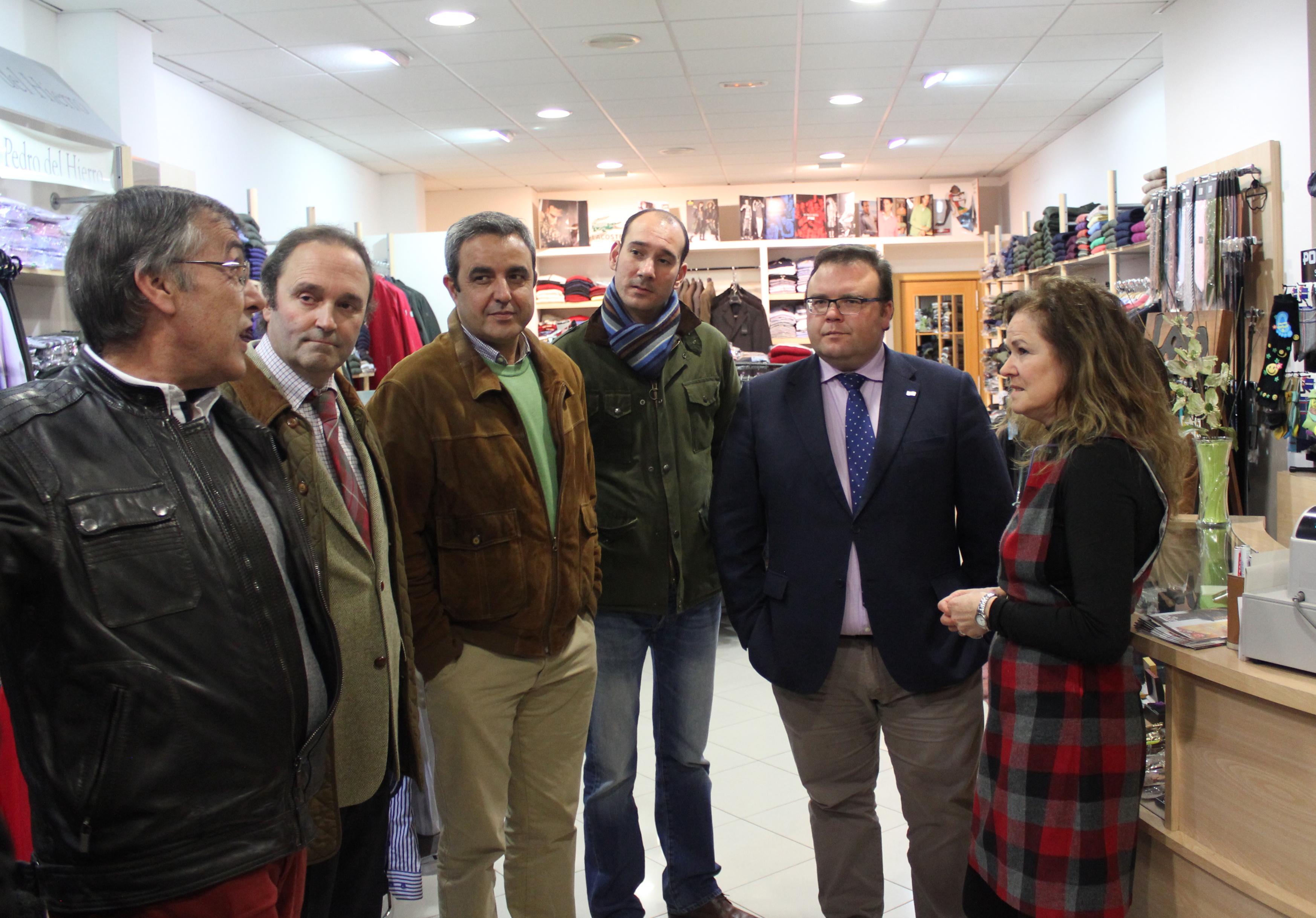 Representantes del PP extremeño visitan a los comerciantes de Miajadas