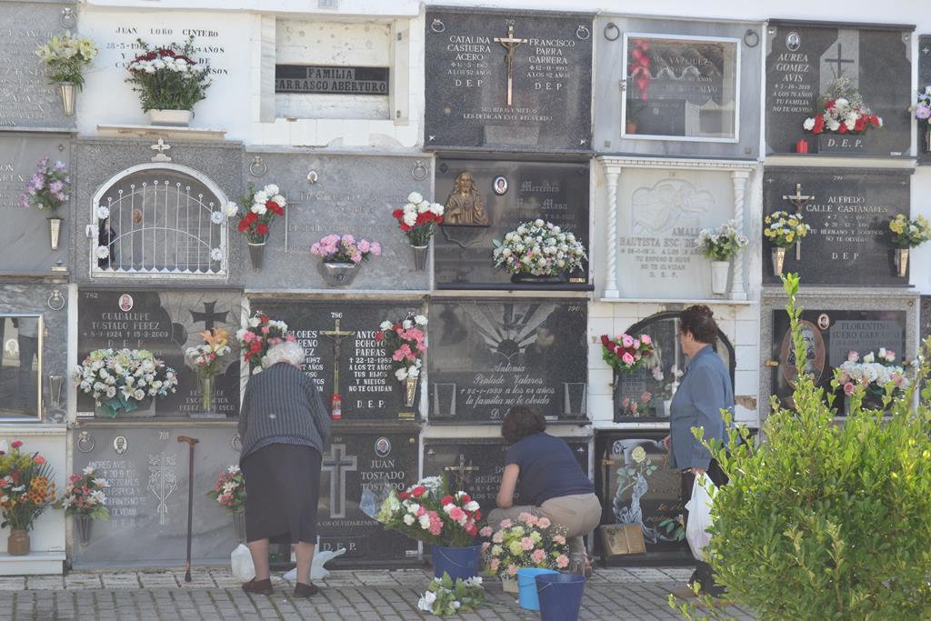 Cementerio, repleto de flores